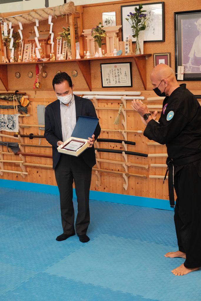 Hon. Sr. D. Akira Kusunoki Cónsul de Japón en Islas Canarias recibe el reconocimiento de Miembro Honorífico Bujinkan Dojo.